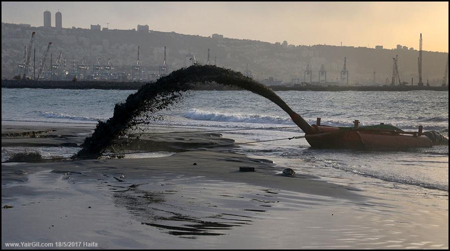 משפריצים חול לחוף חיפה
