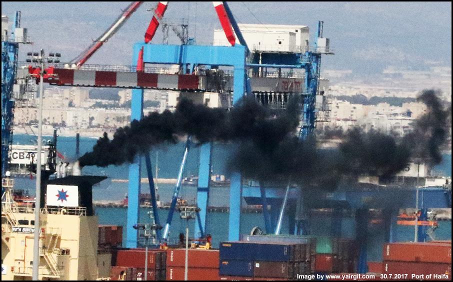 האניה רות בורכרד מעשנת
