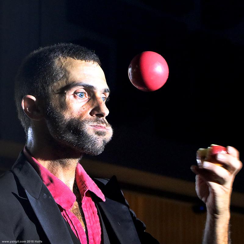 לוליין עם תפוח בפה וכדורים באויר