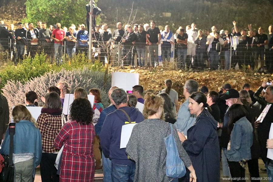 קהל המפגינים מרחוק. הצופים בחזית