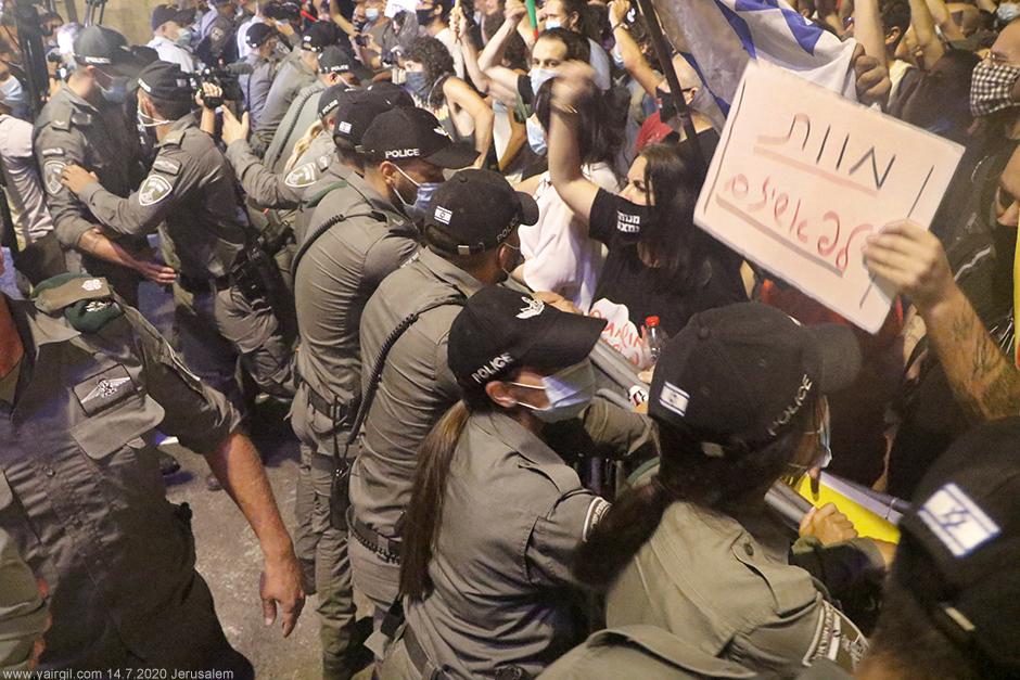 שורת השוטרים מאחורי הגדר