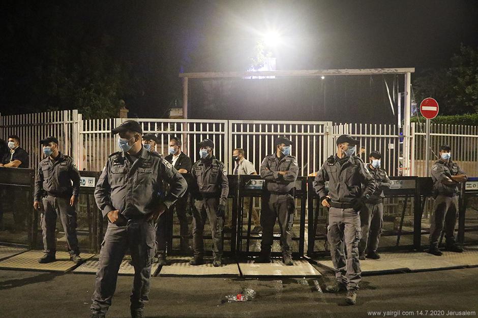 """יס""""מ מגינים על השער לרחוב בלפור בירושלים"""