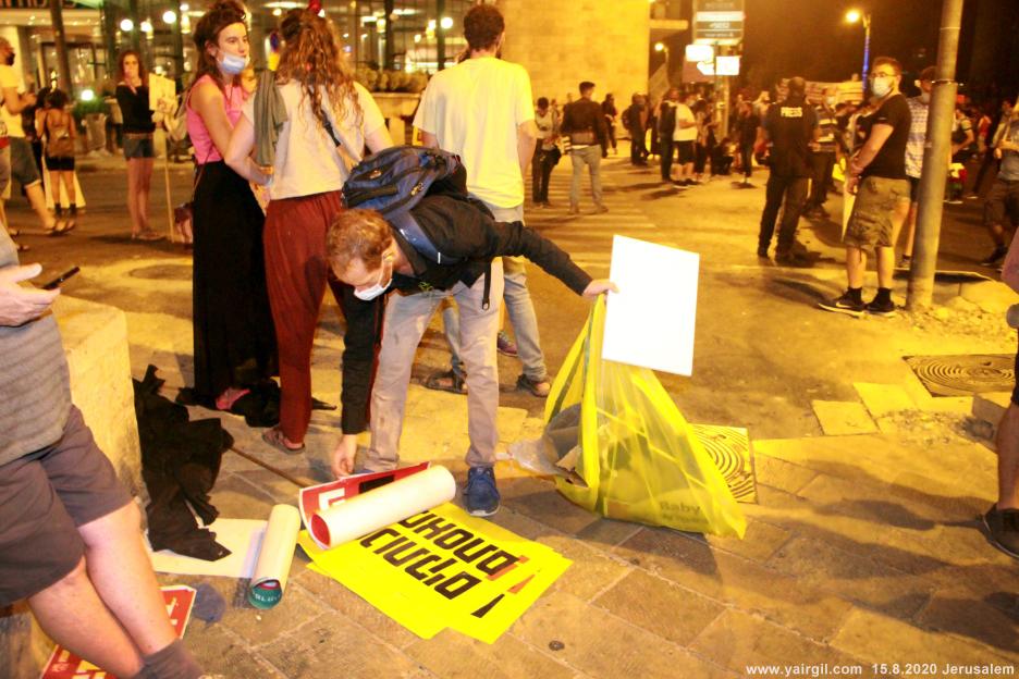 איסוף זבל בסיום ההפגנה