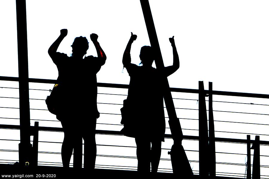 על גשר המיתים - הפגנה נגד נתניהו
