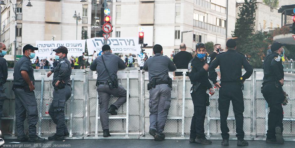 שוטרים לא שומרים מרחק 2 מטר
