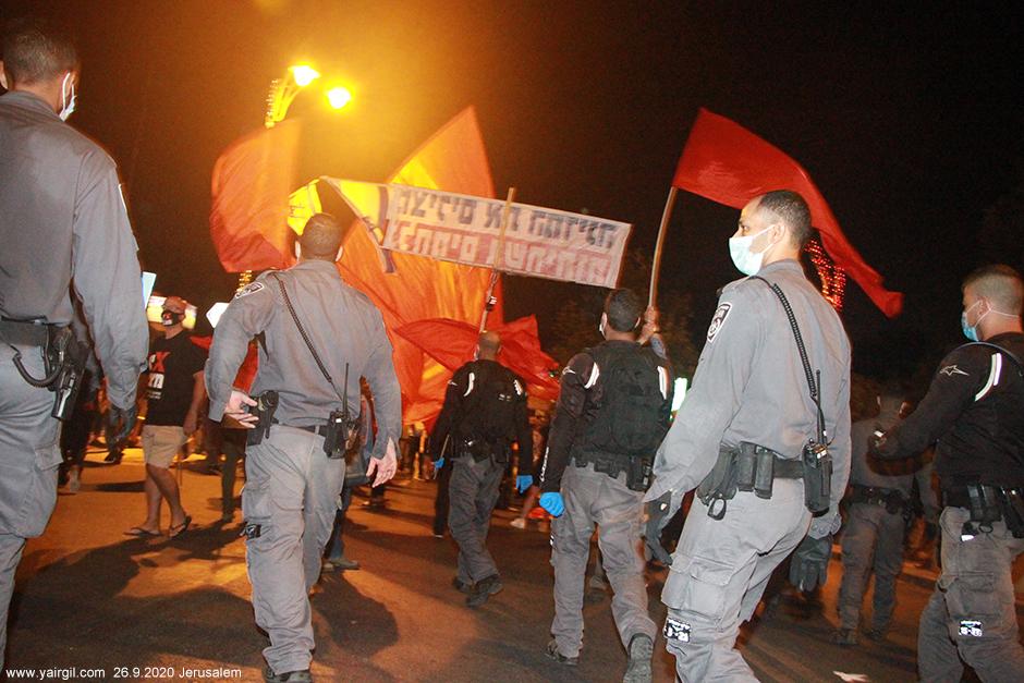 כיתת משטרה בסיור בין מפגינים