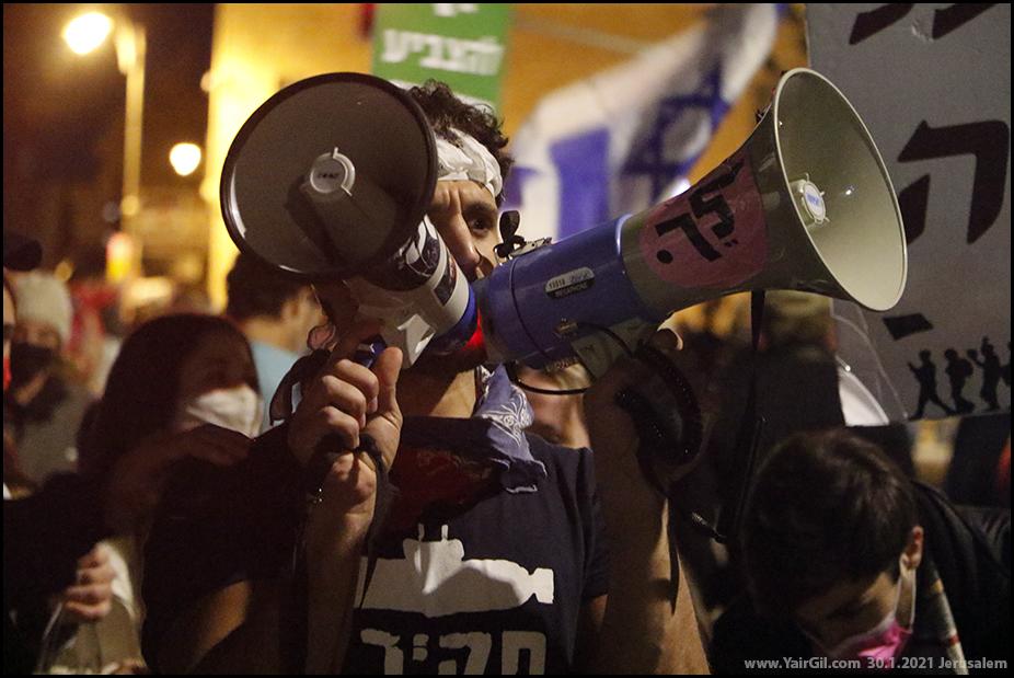הפגנה נגד ראש הממשלה הנאשם בשלושה כתבי אישם פליליים