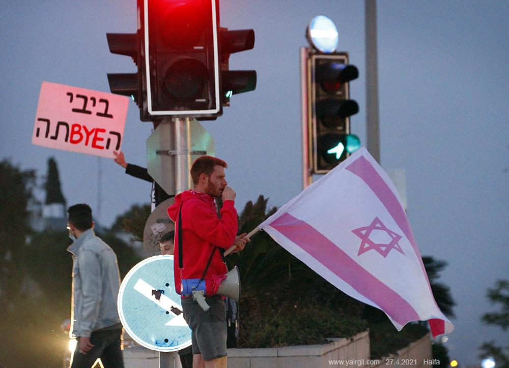בחיפה נרשמה הערב התעוררות ספונטאנית של עשרות ממתנגדי ראש הממשלה נתניהו, שהגיעו למרכז חורב למחאה נגד התעלולים שנרשמו היום