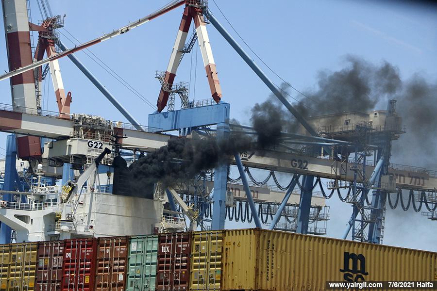 עשן שחור מאניה בנמל חיפה